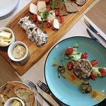 Fantastyczny tatar i smakowity przekrój przekąsek serwowanych w restauracji.