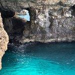 Cueva y oceano de increíble color