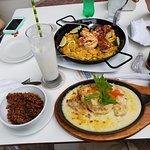 Paella de Mariscos y Pescado en Salsa Blanca. El Arroz con Coco es muy bueno.