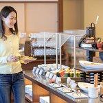 オーシャンビュー・ダイニング「漣」 地物の新鮮な食材をふんだんに使用したビュッフェスタイルの朝食。 約70種類のメニュー豊富な和洋バイキング。