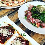 Die beste Pizza im Kreis Gütersloh ❤️   Was passt besser zu einem lauen Sommerabend — als Pizza 🍕, Salat 🥗 und leckeren Weißwein? 🥰