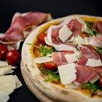 Pizza réalisée avec des produits frais de qualité venus directement d'Italie