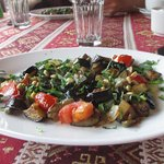 теплый салат из баклажан с кедровыми орешками, оливками каперсами.