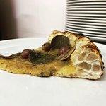 Napoletana 2.0 : passata di pomodorini giallo del Vesuvio acciughe e foglie di cappero di Pantelleria