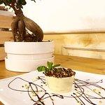 Mousse fondente con granella di pistacchio e cestino al cioccolato bianco
