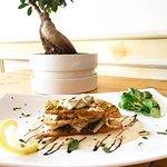 Millefoglie di spigola con crostini di pane al pistacchio e pinoli tostati