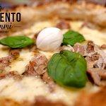 🔸 FELIX 🔸  La Pizza della Campania Antica, la cosidetta Campania Felix.  Ecco a voi la nostra proposta:  - Salsiccia di maialino nero casertano; - Funghi porcini; - Salsa di noci; - Provola; - Scagli di parmigiano, - Olio Evo.