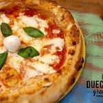 🔸 LA REGINA MARGHERITA🔸  La pizza margherita è la regina delle pizze, la più tipica pizza napoletana preparata con il tradizionale morbido impasto a base di acqua, farina, olio, sale e lievito e condita con polpa di pomodoro o pelati e mozzarella, un filo d'olio d'oliva e qualche immancabile fogliolina di basilico fresco. Insieme alla classica pizza marinara è sicuramente una delle varianti più conosciute al mondo.