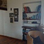 La chambre 1 et le salon partagé où l'on peut se restaurer le soir ou le midi, avec la vaisselle disponible