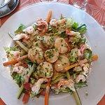 Assiette de noix de saint Jacques chaudes,écrevisses et crevettes sur lit de légumes et salade au vinaigre de framboises .....Un délice !!!!