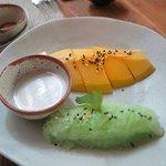 เมนู อาหารหวาน ข้าพเจ้า สั่ง มะม่วงสุก เสริฟ พร้อมข้าวเหนียวสี ใบเตย ครับ  อร่อย ครับ