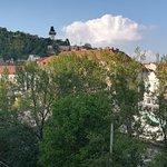 Hotel Wiesler, Blick aus Zimmer auf Bergbach und Schloßberg. Die kirche ist bereits der Beginn der Altstadt, die nur wenige Schritte entfernt ist.