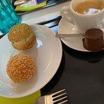 Petit espresso et un choux normal crème vanille et le second choux glacé à la pistache, miam!
