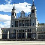 La cattedrale di Madrid vista da la plaza de la Armeria