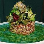 Timbal de quinoa roja y blanca del Perú  con estrato de aguacate y asadillo de pimiento rojo al pesto balsámico