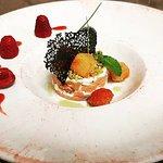 millefoglie di salmone , ricotta mantecata (lime e menta ) granella di pistacchi , frutta caramellata