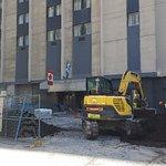 Travaux au pied de l'hôtel dans la rue Peel, juste devant l'entrée !