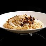 白松露菌油靈芝菇燜中粗麵 Braised Thick Noodles with Hon Shimeiji Mushroom & Truffle Oil