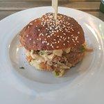 Burger s vlastní pečenou houskou a výbornou limetkovou majonézou se salátem z mrkve a zelí.