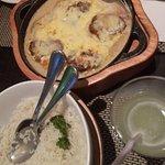 Filé mignon ao molho de gorgonzola com sálvia acompanhado de arroz e fritas.