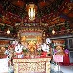 媽祖とは中国、特に南方・台湾・東南アジア在住の中国人・華人の間で信仰されている道教の女神様のことで、海洋を守る女神として台湾では特に篤く信仰されているそうです。関帝廟の関羽と同じで実在の人物が神となってます。