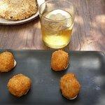 croquetas de puchero y tortilla trufada con espuma de patata