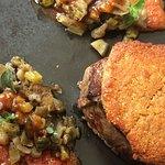Filet de bœuf en croûte d'anchois, tomates confites  à la caponata