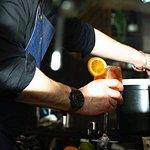 Notre barman toujours prêt à vous servir !  Crédit : Mohca
