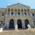 La bella facciata della biblioteca, che ricorda un tempio greco