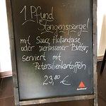 初夏なのでシュパーゲル(ホワイト・アスパラガス)がお勧め。前菜に2~3人で分けてもよい。