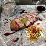 Presa de pata negra ibérique char siu, cuit à basse température, jus de veau-soja au poivre du monde, purée vitelotte à l'huile de truffe