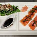 Sashimi de saumon gravelax au whisky japonais, ricotta au raifort-aneth et caramel de miel-soja
