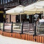 Sport-Corner to wyjątkowe miejsc nie tylko dzięki wyśmienitym włoskim daniom, ale również dzięki lokalizacji 😃 Corner mieści się w centrum Zakopanego, zaledwie 50m od Krupówek, także w naszym ogródku znajdziecie ciszę i odpoczniecie od zgiełku miasta pod parasolem, jedząc pizzę czy spotykając się z przyjaciółmi przy zimnym piwku. Do Nas zawsze macie po drodze, czy w przerwie na lunch czy podczas shoppingu, u nas złapiecie chwile relaksu w upalne dni.  Wszystkie szlaki krzyżują się w Cornerze 😉