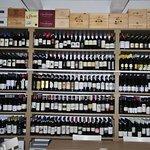 uno degli scaffali arredati a vino