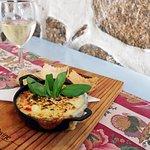 O gratinado de Provolone fumado, com tomate fresco, pimentos e manjericão