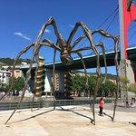 Die berühmte Spinne an der Flussseite des Guggenheim Museums Bilbao