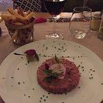Le traditionnel tartare de bœuf et ses frites maison, bien sûr !!!
