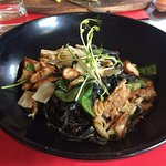 zwarte pasta met hoevekip en champignons in mascarponesausje