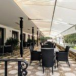 Amplia terraza donde poder tomar algo o degustar nuestros platos.
