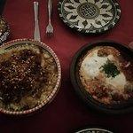 Cous cous de pollo, cebolla y almendras. Tajine kefta