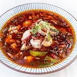 Caldereta de marisco sichuanesa Szechuanese stew with shellfish potatoes, mushrooms and lotus root Un guiso tradicional con mariscos variados acompañados de patatas, setas y raíz de loto