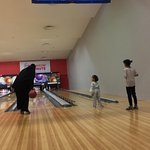 من أفضل الصالات المخصصة للبولينج في الرياض يوجد بها عدد من المسارات المخصصة للأطفال بسياج يمنع خروج الكرة عن مسار المرمى