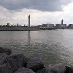 Vue sur Ostende par-delà le chenal