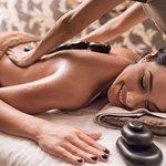 Maravilhosa massagem com pedras quentes