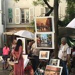Montmartre es un barrio precioso, valen la pena caminarlo, disfrutarlo, ir al museo de Montmartre y almorzar o cenar