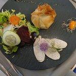 Croustillant de camembert et volaille rôtie, pommes de terre et pommes flambées au calva