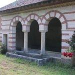 L'avantage d'un lavoir, c'est un lieu social et en général celui-ci est construit prés d'une source ce qui explique que celui-ci est un peu en dehors du village, mais il faut savoir que la commune de Bresse sur Grosne en possède encore trois à ce jour