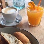 Zumos de naranja natural y café bien servido.