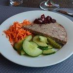 Petite assiette de crudités : betteraves rouges, carottes râpées, concombre en tranche mais non