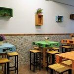 Questa è la nostra sala, la quale presenta tavoli costruiti con bancali di legno. La logica del locale è quella del riciclaggio, infatti sono stati riutilizzati i bancali proprio con questo scopo.